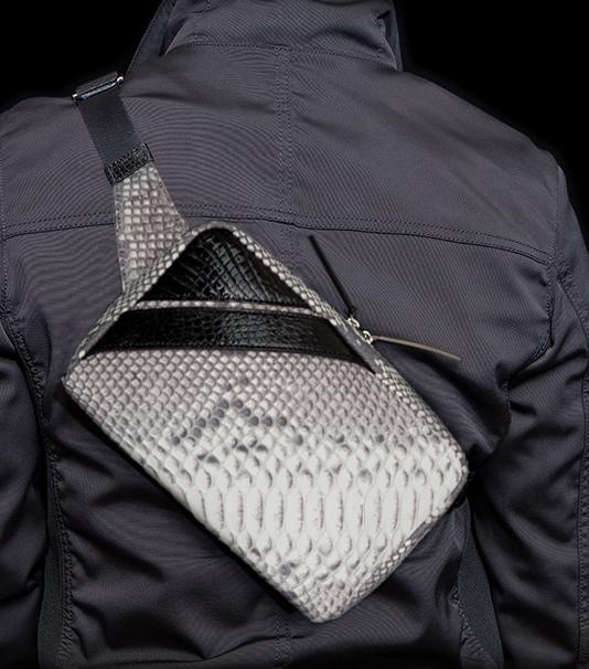 メンズボディバッグのおすすめは、池田工芸のクロコダイルパイソンボディバッグ